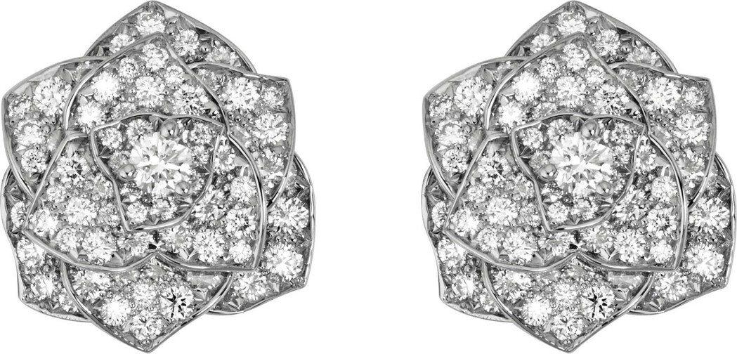 柯佳嬿配戴伯爵的 Piaget Rose系列耳環,18K白金鑲嵌172顆圓形美鑽...