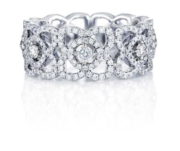 吳可熙配戴De Beers Enchanted Lotus 18K白金鑽石戒環,...