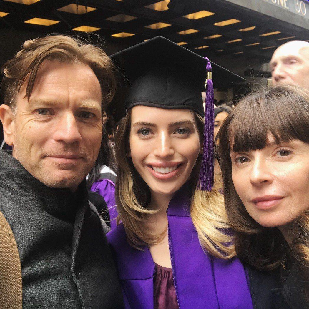 伊旺麥奎格與前妻夏娃一起出席大女兒克萊拉的畢業典禮,和樂的一幕已成過去。圖 /摘...