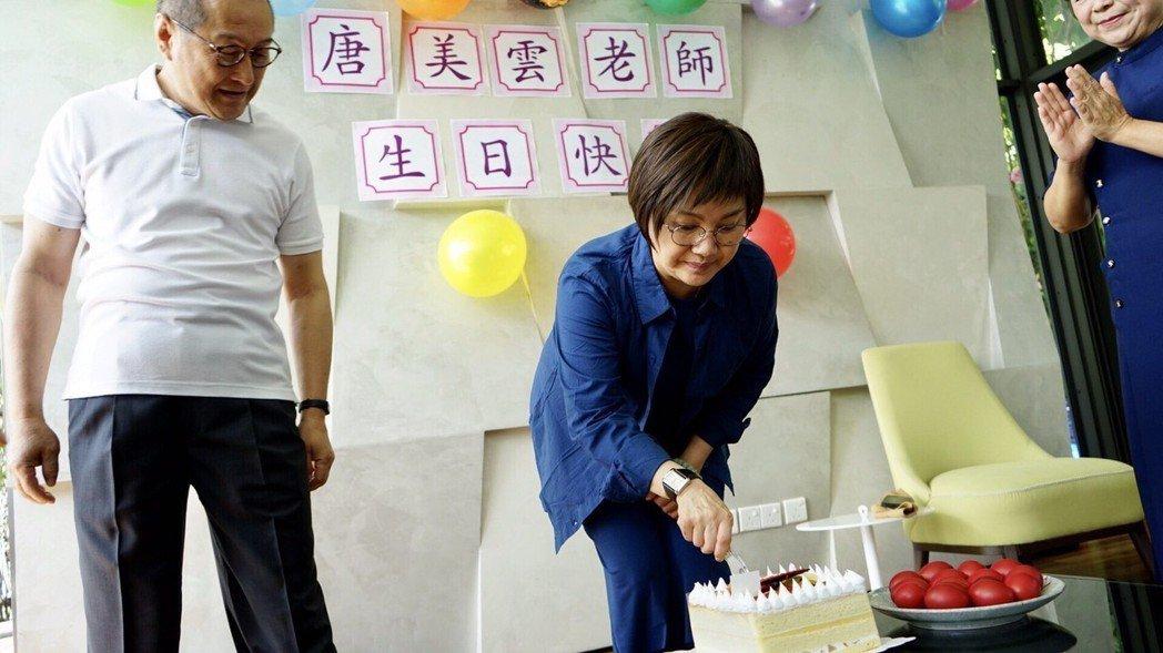 唐美雲率團到大馬演出,劇團、馬來西亞慈濟團隊為她慶生。圖/民視提供
