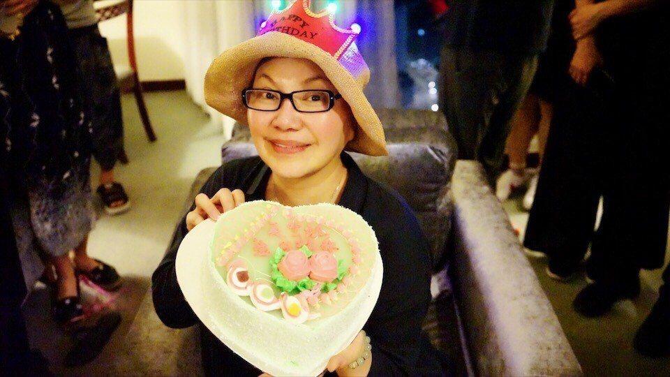 唐美雲在大馬慶生,戴上壽星頭飾超開心。圖/民視提供