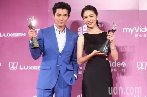 2018台北電影獎,影帝邱澤與影后謝盈萱開心慶祝。