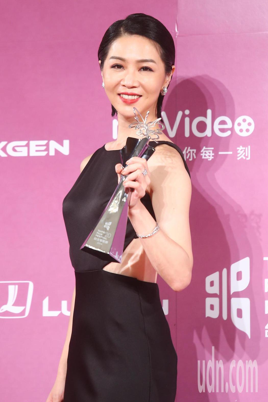 2018台北電影獎,影后謝盈萱開心慶祝。記者王騰毅/攝影