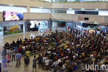 瘋世足 逾600人在高市府行政中心為精彩季軍賽歡呼