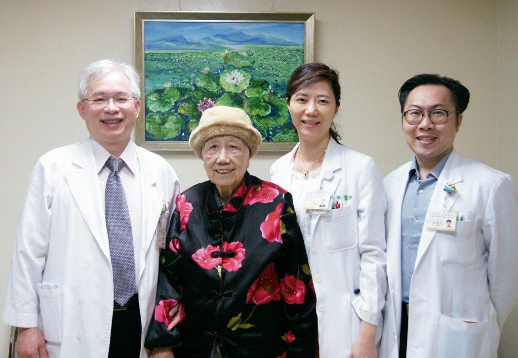 高齡95歲病人接受達西機器手臂微創手術後順利出院。 圖╱台北榮總提供