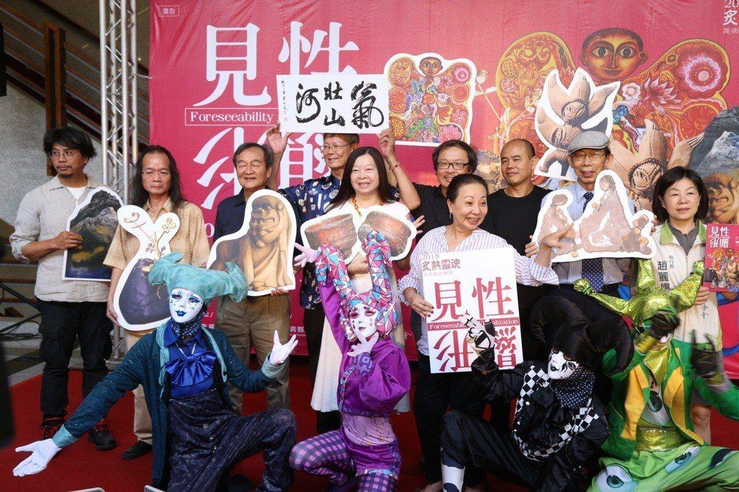 嘉義縣長張花冠(第二排右)再度倡議設立「嘉義縣當代美術館」。 記者謝恩得/攝影