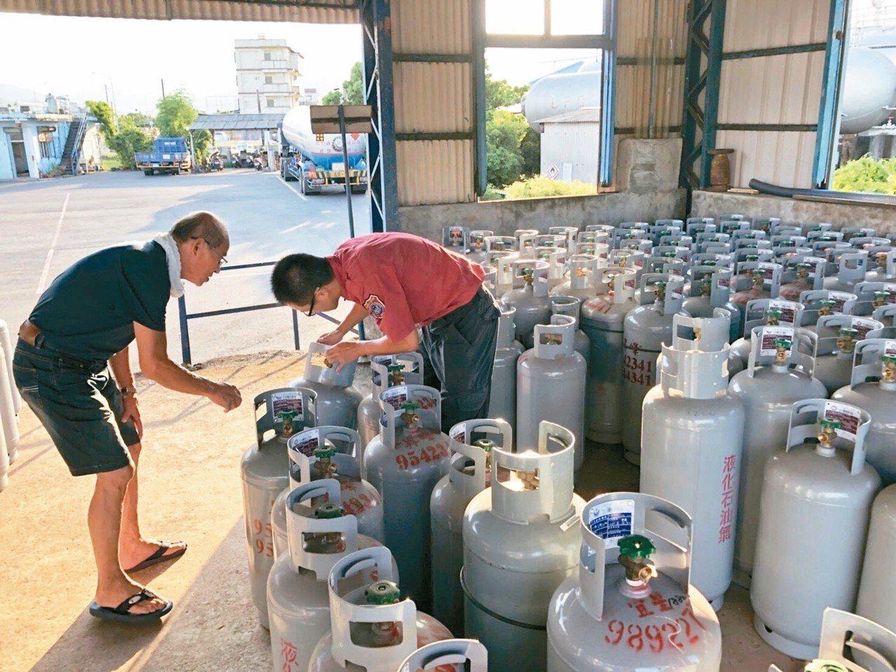 宜蘭縣府消保官昨查獲會漏氣的問題鋼瓶。 圖/宜蘭縣消防局提供