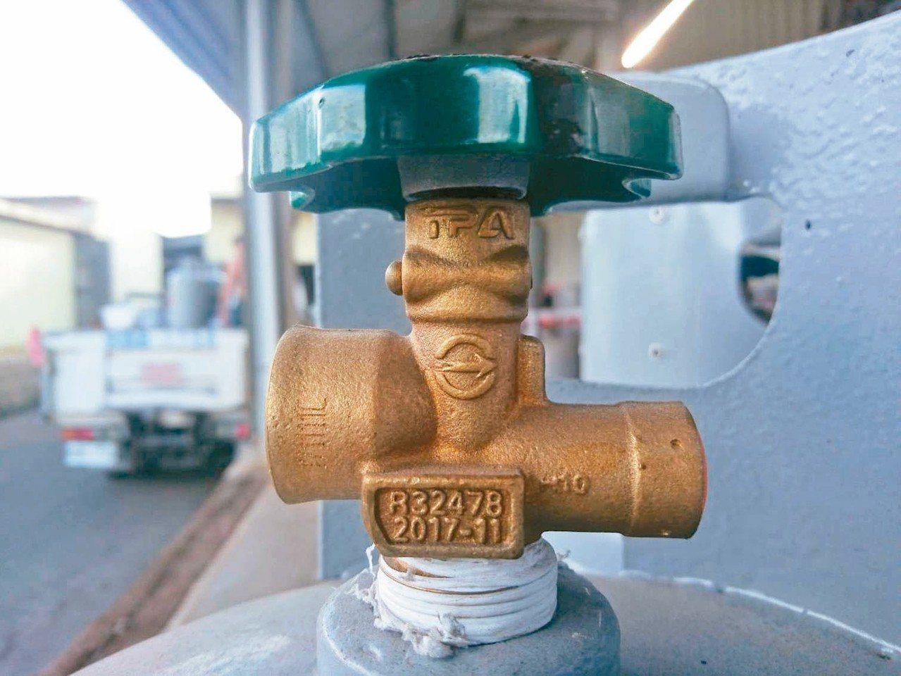 民眾應檢視開關上的製造編號是否為問題鋼瓶。 記者羅建旺/攝影