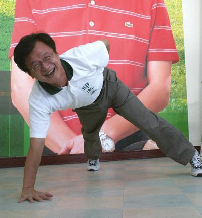 邱太三參選台中縣長時,示範單手伏地挺身,凸顯自己的活力、健康形象。 圖/聯合報系...