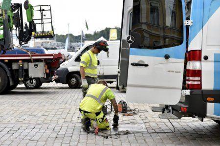 芬蘭警方檢查馬路上的人孔蓋,為確保安全滴水不漏。 (路透)