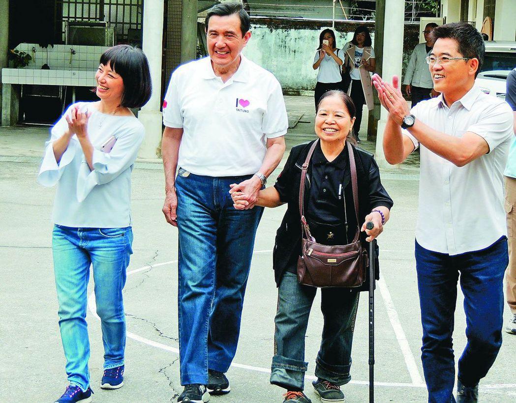今年5月,馬英九(左二)牽著陳樹菊(右二)的手,參加台東縣長公館音樂會。 圖/聯...