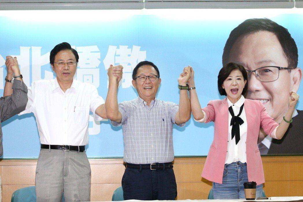 張善政(左)出任丁守中(中)競選總部主委。 圖/聯合報系資料照片