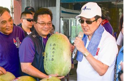 馬英九日前出席花蓮玉里「阿強西瓜節」,為在地農特產品行銷。 圖/聯合報系資料照片