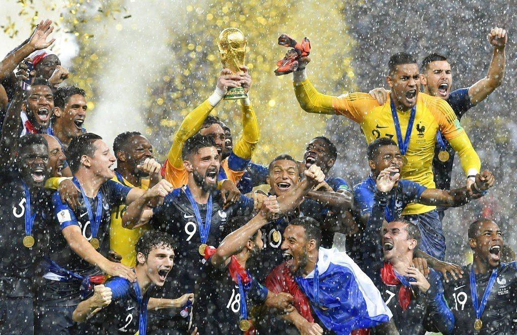 法國勇奪世足賽冠軍,球員笑擁大力神盃。 美聯社