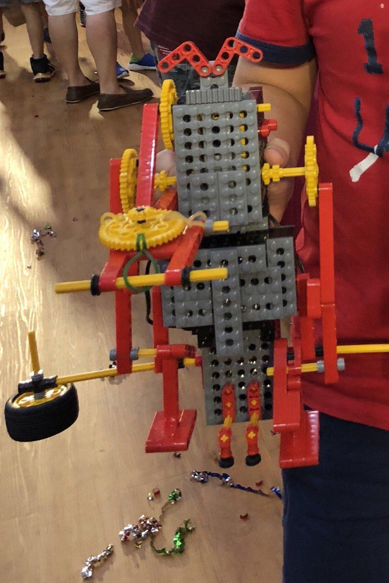 台灣修曼機器人教室創意交流大會15日在南台科技大學舉行,就讀高雄市新甲國小五年級...
