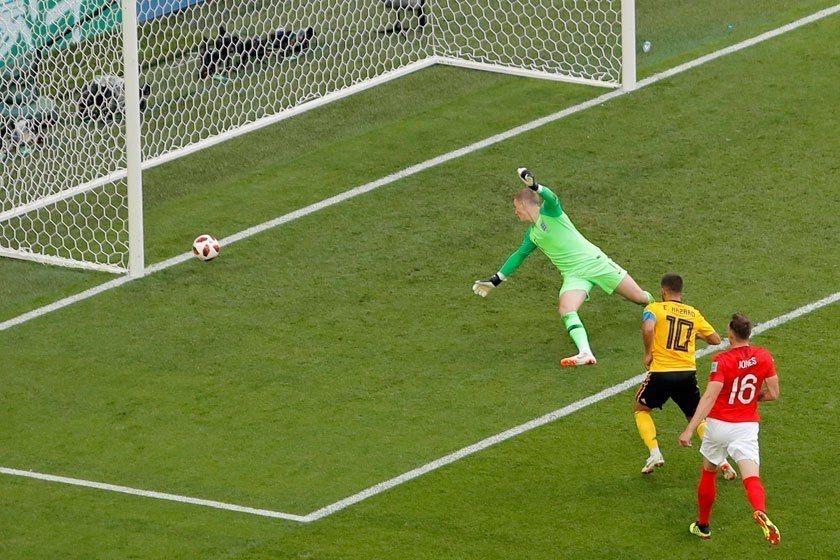 比利時中場阿扎爾(中)抓到英格蘭防守上的一個大空檔,冷靜而輕鬆地把球踢進,德布勞...