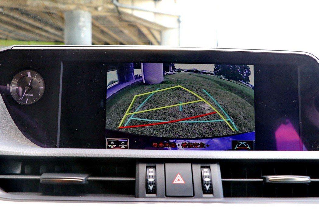 中控螢幕整合倒車顯影功能。 記者陳威任/攝影