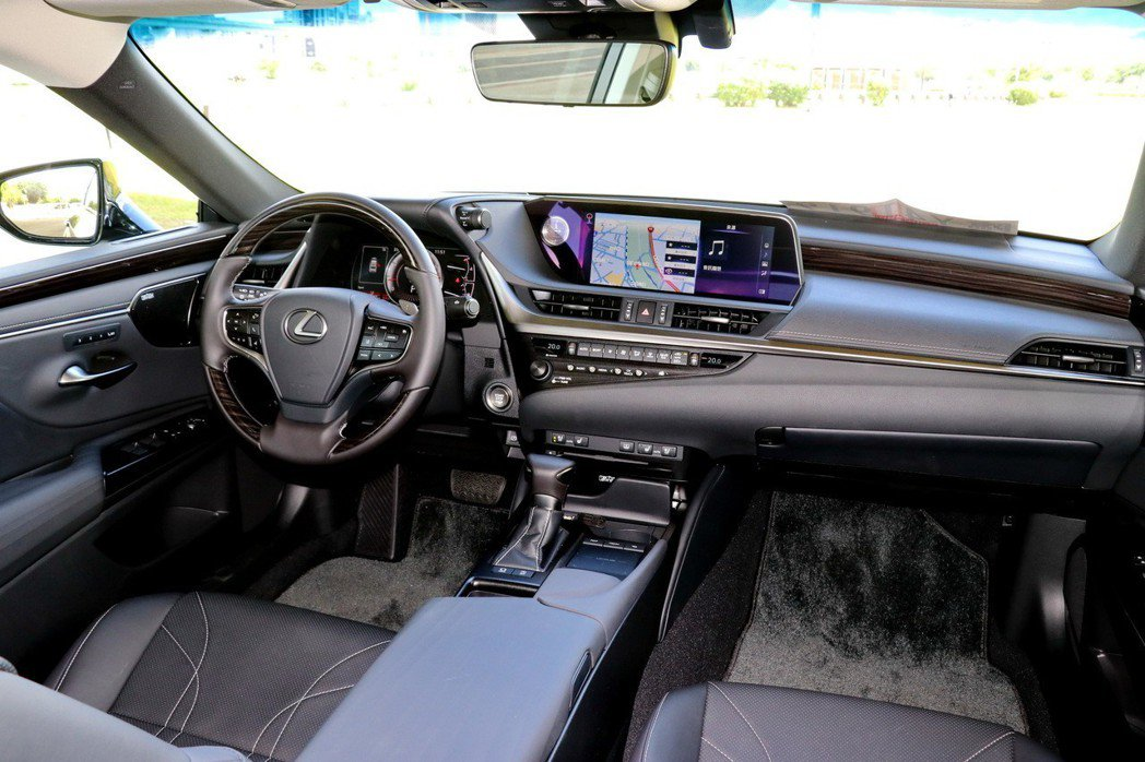 內裝以駕駛人為導向,充滿豪華氣質及科技感。 記者陳威任/攝影