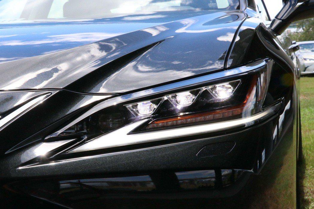 ES高階車型配備與LS旗艦車款如出一轍的3眼式LED頭燈,更增添科技感。 記者陳...
