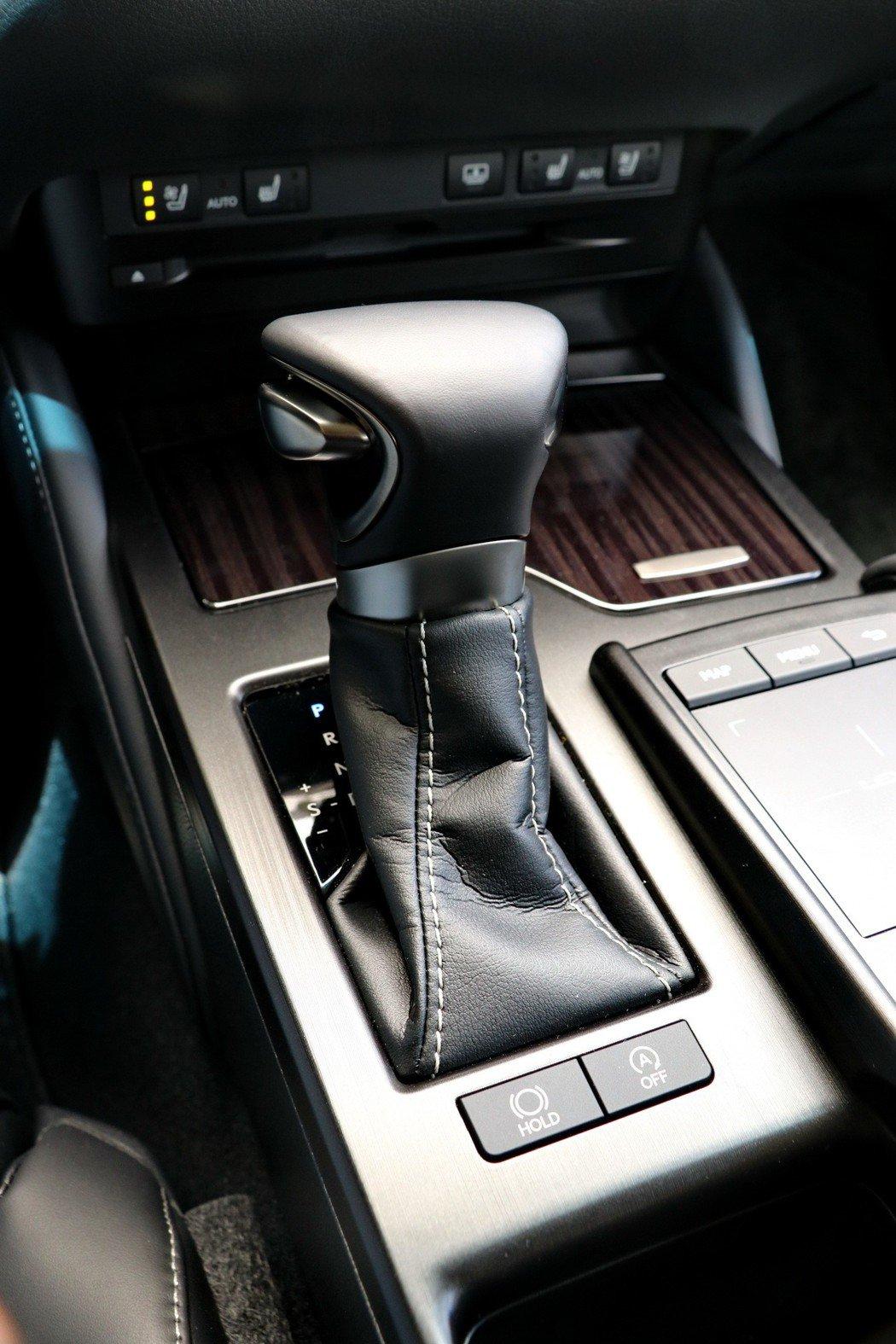 ES250配備全新Direct Shift 8速手自排變速箱。 記者陳威任/攝影