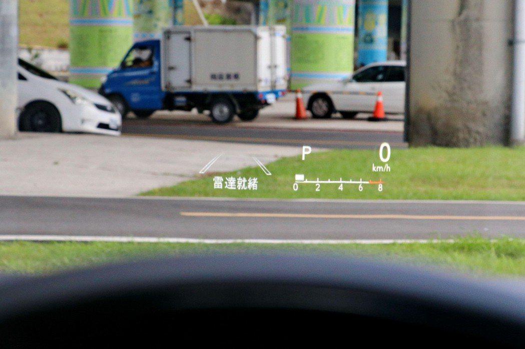 ES250旗艦車型配備HUD多功能抬頭顯示幕。 記者陳威任/攝影