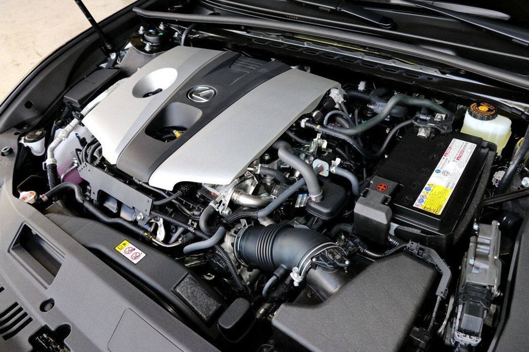 ES除了保留頗受好評的入門2.0升引擎外,更首度導入一具兼顧高動力輸出以及優異耗...