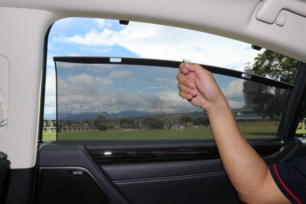 配備車窗遮陽簾。 記者陳威任/攝影