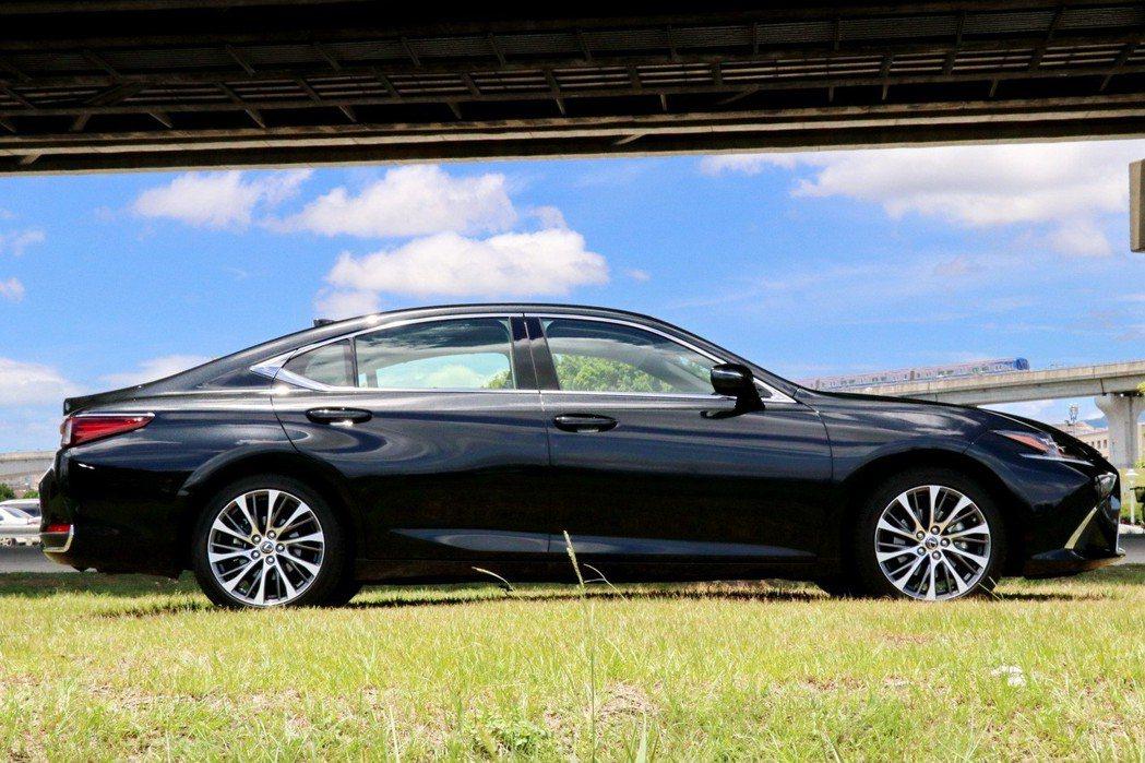 ES在換上全新GA-K底盤後,車身尺碼來到4975mm x 1865mm x 1445mm。 記者陳威任/攝影