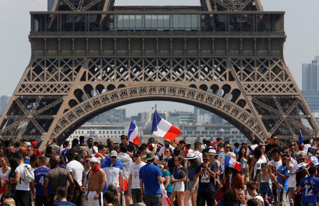法國巴黎鐵塔前擠滿球迷。 路透