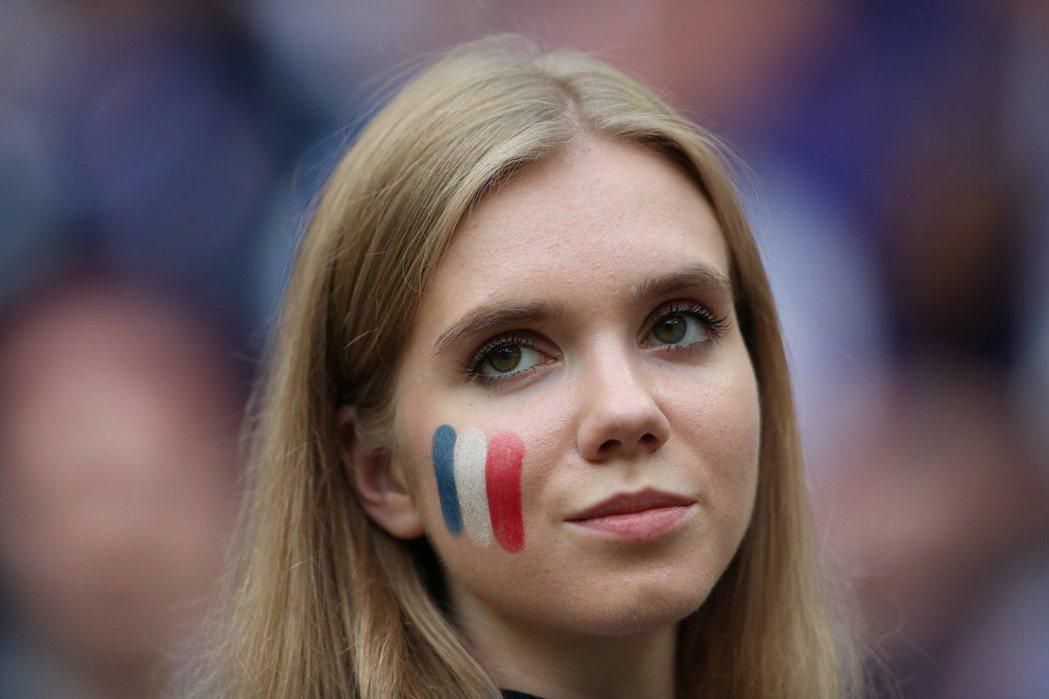 支持法國美女球迷。 路透
