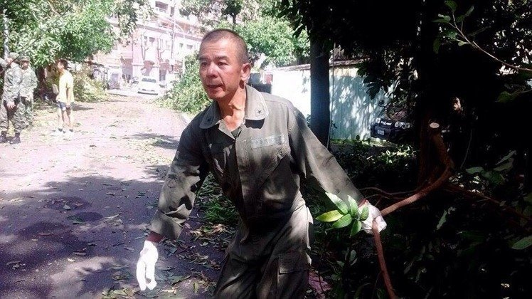 前年莫蘭蒂颱風過境後,時任陸官校長的張捷,親自在學校附近眷村搬運樹枝。 圖/取自...