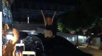 西洋天后席琳狄翁台北站最後一場演唱會14日晚間在台北小巨蛋上演,她情緒比前兩場亢奮許多,晚間10點多演唱會結束後,她搭車離去時,突在車道打開天窗,天后就這麼爬了出來,開心又率性地向在場近百位粉絲打招...