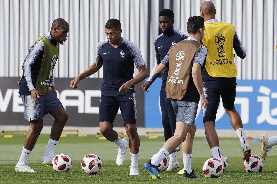 世足賽冠軍戰將由法國對決克羅埃西亞。圖為法國隊14日在決賽前練球。美聯社