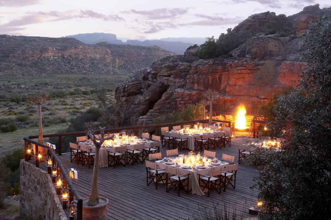 「南非賽德堡」的「布什曼斯克盧夫的餘燼餐廳」位於壯麗的懸崖邊,旅客可以一邊用餐一...