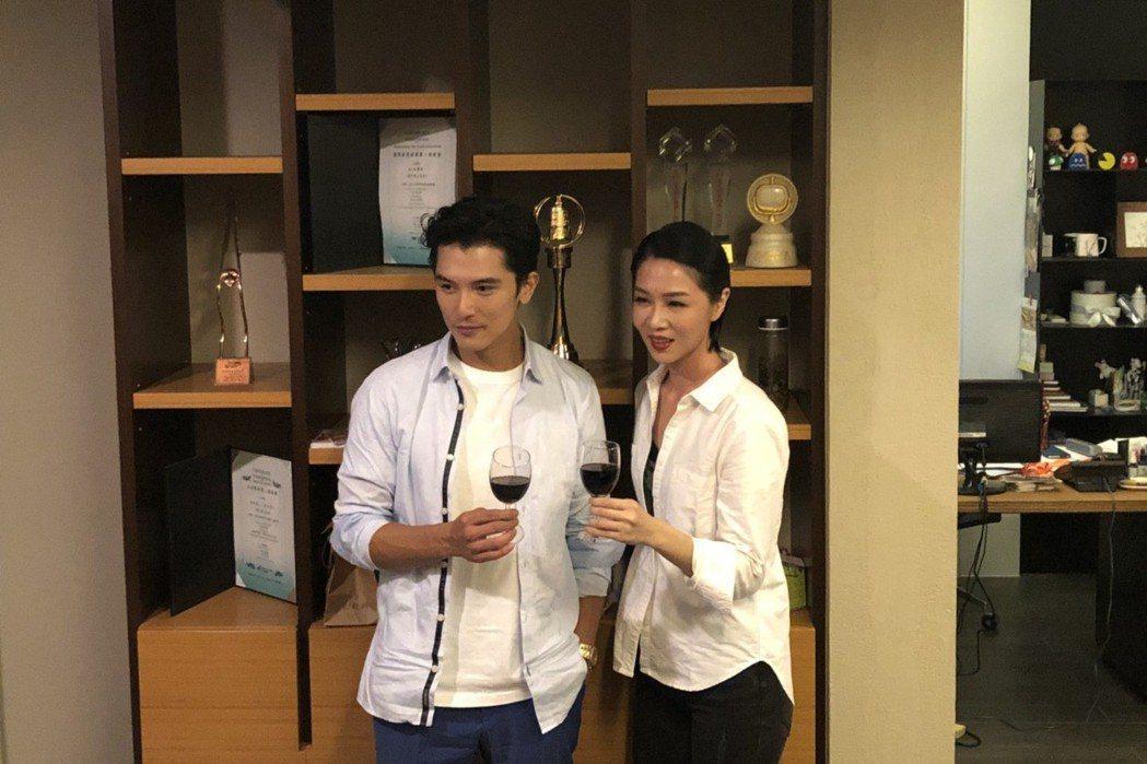 邱澤(左)與謝盈萱(右)分別以「誰先愛上他的」拿下台北電影獎帝后。記者陳建嘉/攝