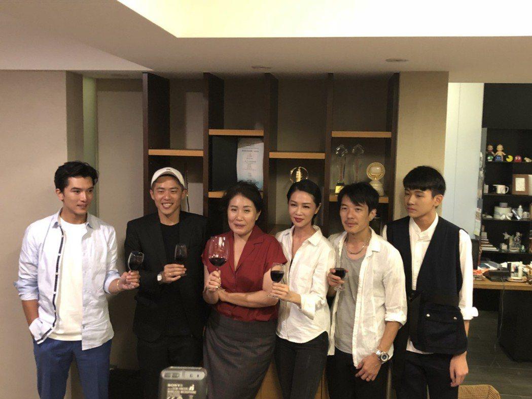 邱澤(左起)、導演許智彥、導演徐譽庭、謝盈萱、陳如山、黃聖球出席「誰先愛上他的」...
