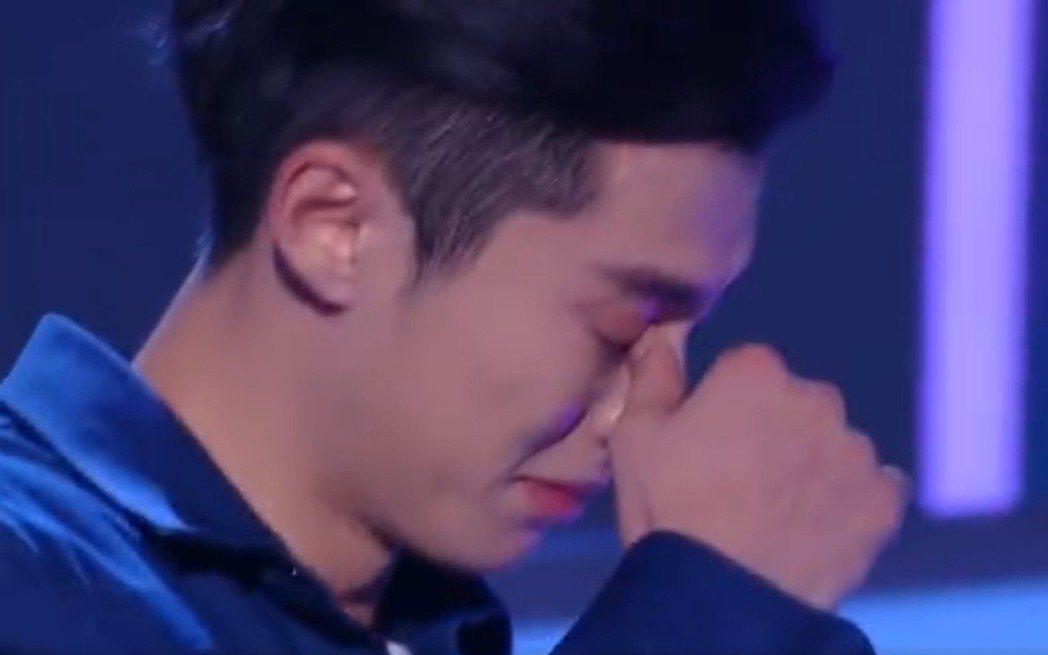 王鶴棣說到激動處哽咽落淚。圖/截圖自微博