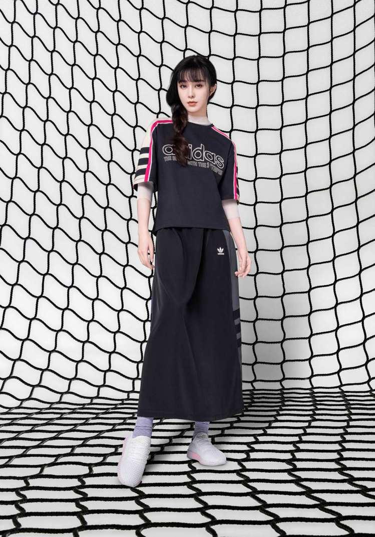 范冰冰以低調簡約的黑白配色造型,點綴高彩度的大膽飽和色系adidas Origi...