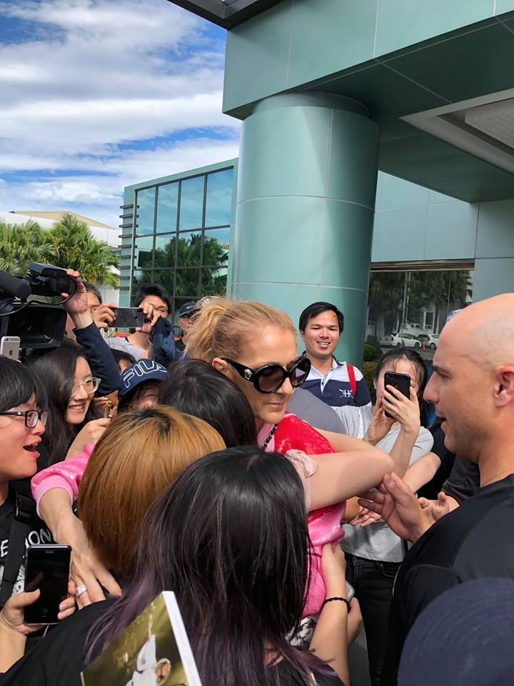 席琳狄翁離台依依不捨,送機時簽名簽了12分鐘。記者陳建嘉攝