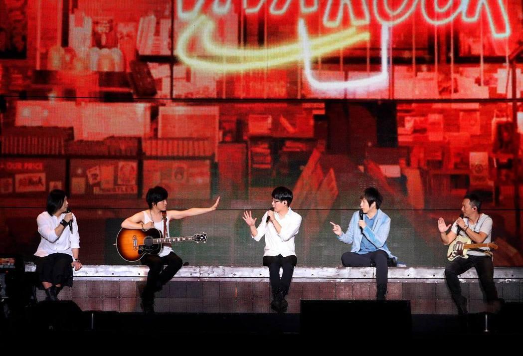 五月天在大陸持續進行「人生無限公司」演唱會。圖/摘自臉書