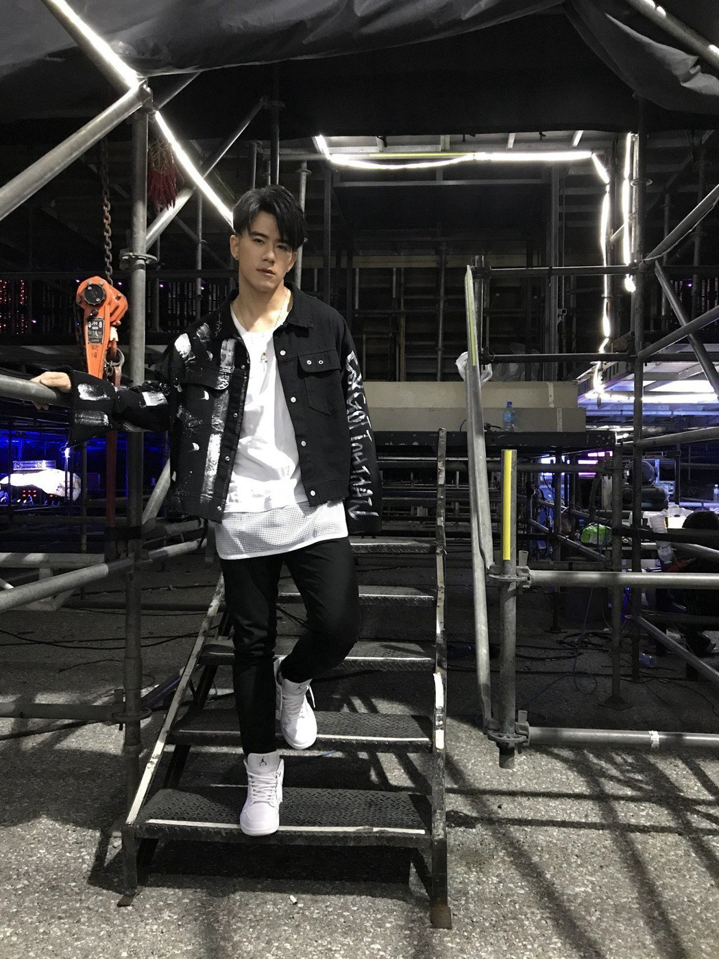 JR紀言愷在2018 花蓮夏戀嘉年華舞台後台。圖/天晴娛樂提供