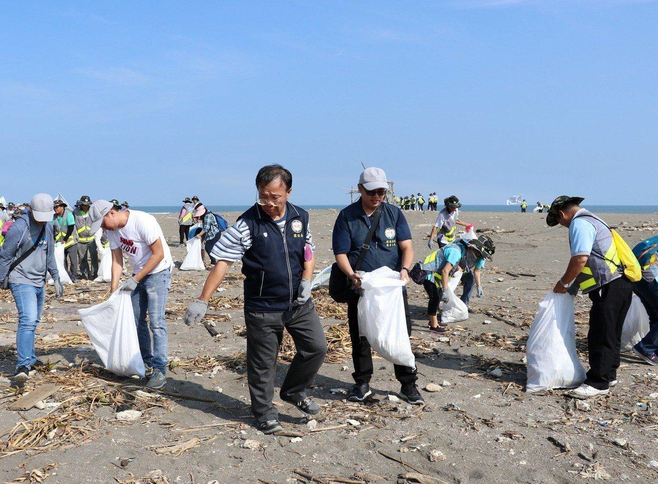 桃園市環保局清理海洋垃圾前進觀音濱海遊憩區進行淨灘行動,回收海洋垃圾,維護地球環...