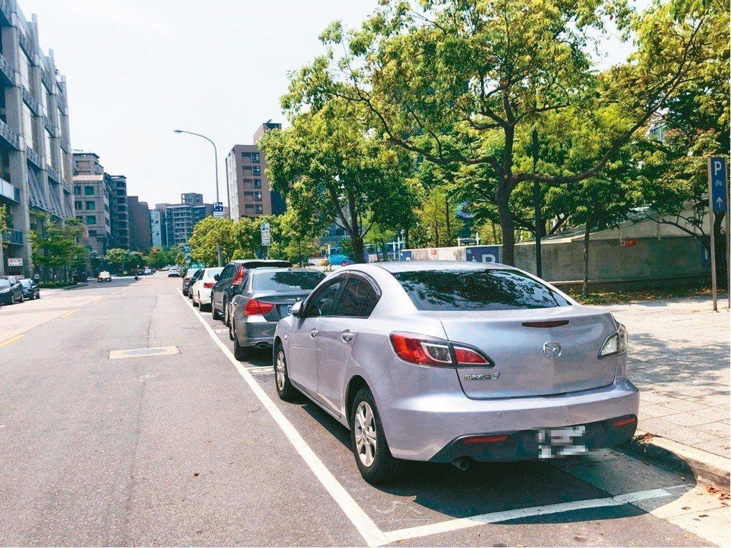 北市規畫在熱門商圈路段設置「路邊格位感測設施」,民眾不用再傻傻找車位。 圖/聯合...