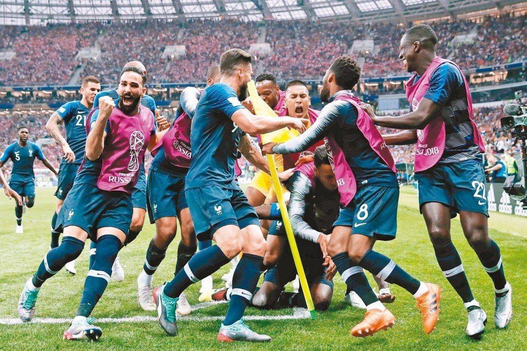 法國再次奪冠,球員興奮地擁抱。 (法新社)