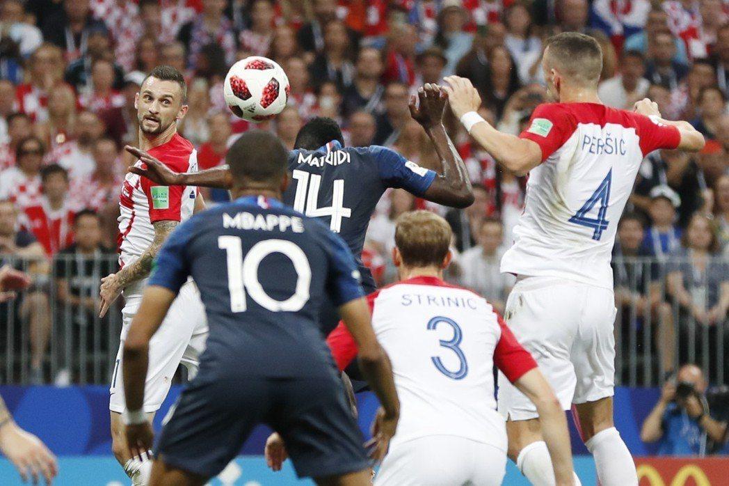 佩里希奇(左)手球爭議判決,成了克羅埃西亞勝負的轉捩點。 美聯社