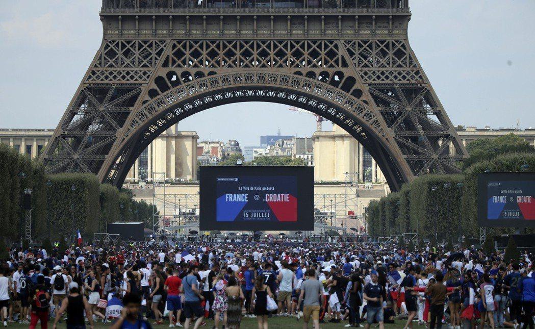 巴黎鐵塔前民眾狂歡。 美聯社