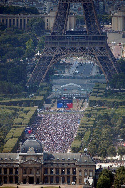 巴黎鐵塔前民眾狂歡。 路透