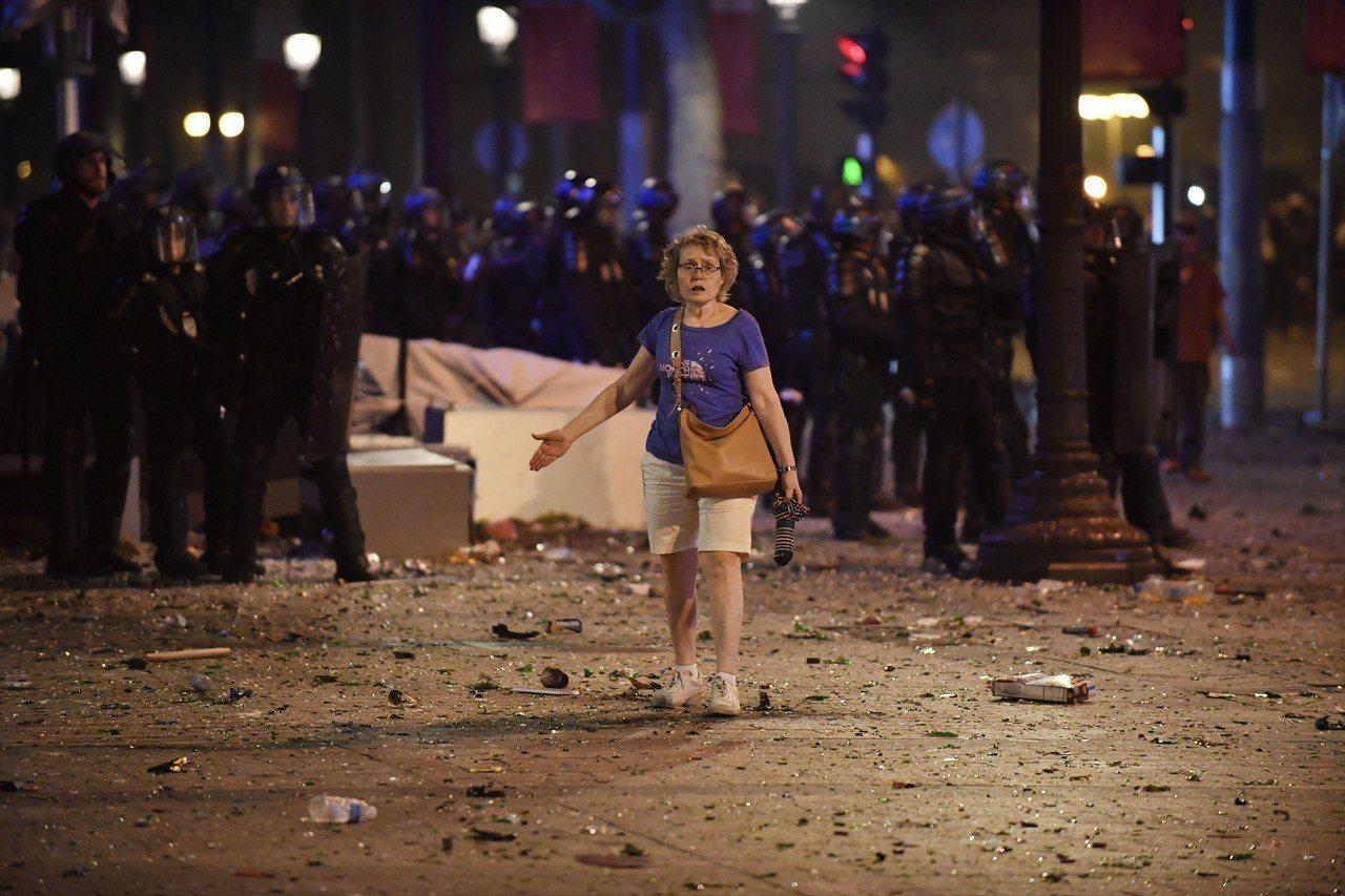 法國奪冠讓球迷陷入瘋狂,造成暴動和警方發生衝突。歐新社