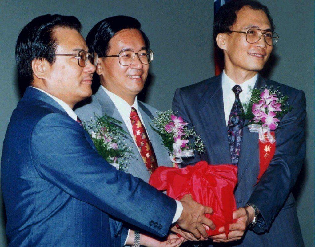 1995年6月,台北市長陳水扁(中)主持新任財政局長林全(右)交接。 圖/聯合報...
