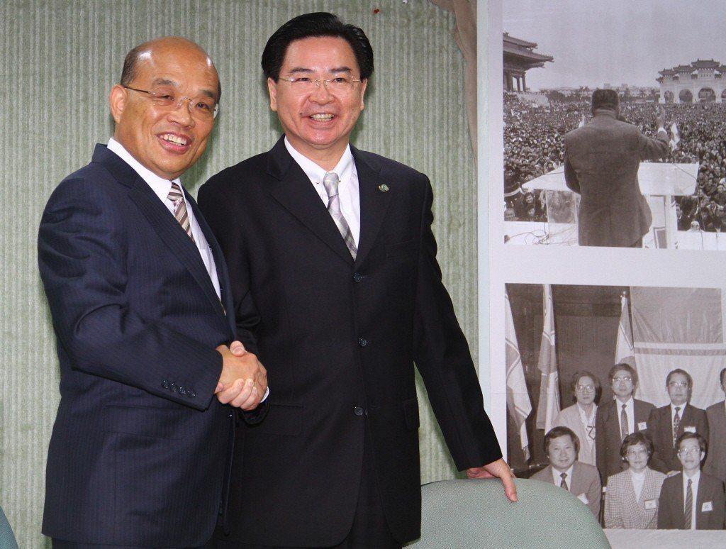 2012年11月,民進黨主席蘇貞昌(左),宣布由時任政策會執行長的吳釗燮(右)擔...